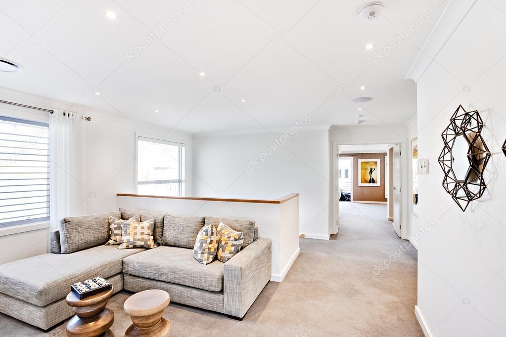 Moderner Wohnbereich mit einem Flur und weißen Wänden — Stockfoto ...