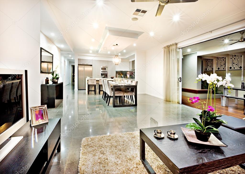 Moderne woonkamer met deur ingang en hal afstand — Stockfoto ...