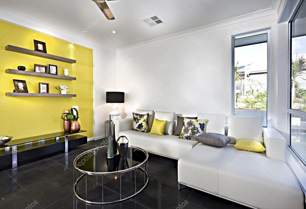 Klassieke woonkamer met een slaapbank en kussens — Stockfoto ...