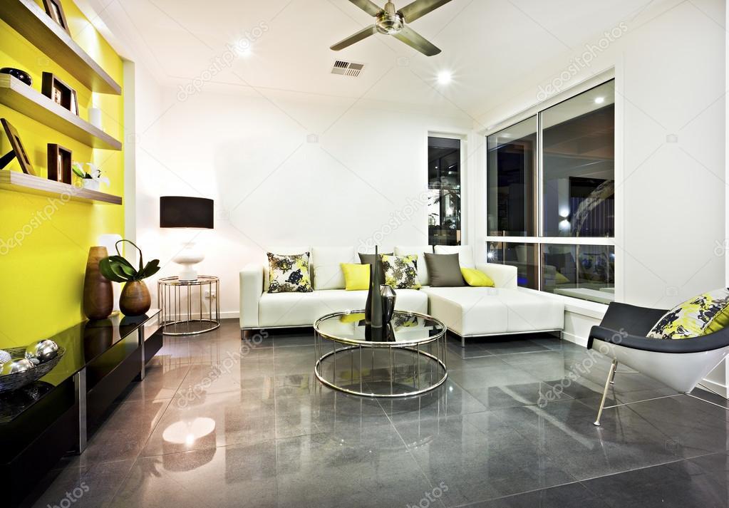 Soggiorno con pavimento di piastrelle riflettenti e decorazioni ...
