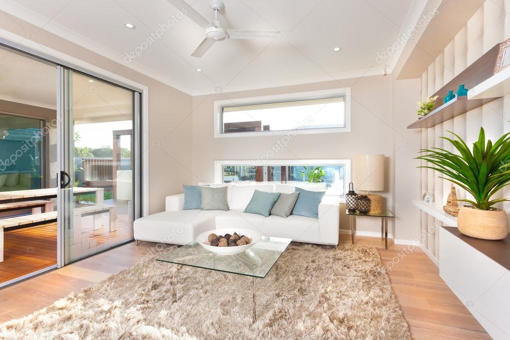Wonderful Haus Stock Besteht Aus Holz Und Eine Dunkle Farbe Fell Teppich Drauf. In  Die Weiße Schale Gibt Es Ausgefallene Gegenstände Auf Dem Glastisch.