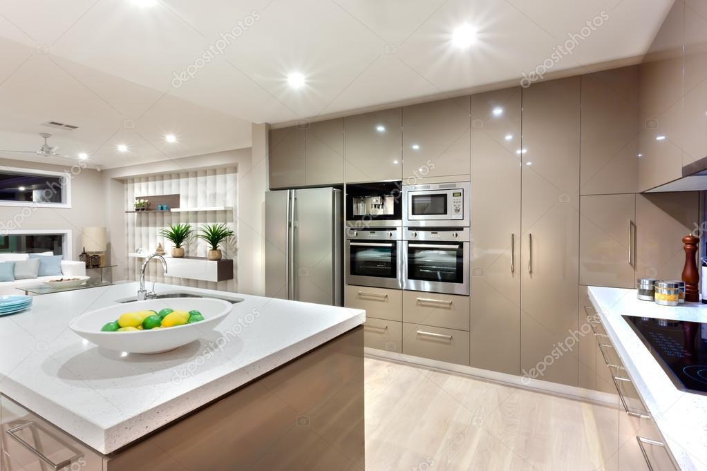 Zona cucina moderna illuminato con le luci di notte — Foto Stock ...