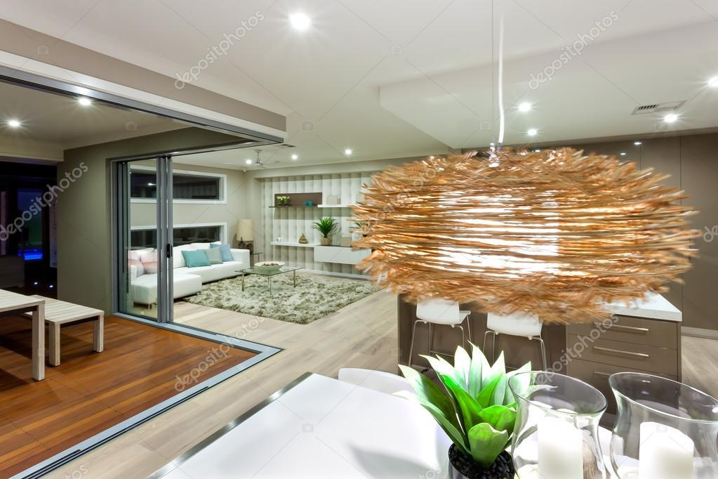 Superior Luxus Haus Interieur Mit Hängende Bambus Oder Rattan Lampe Dekoration  Beleuchtet Die Weißen Tisch Mit Kerzen. Das Haus Hat Einen Holzboden Und Es  Kann ...