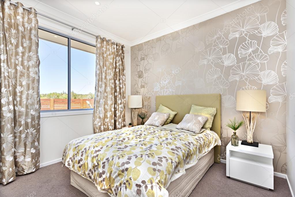 Chambre moderne avec un lit de maître et de la couleur brun ...