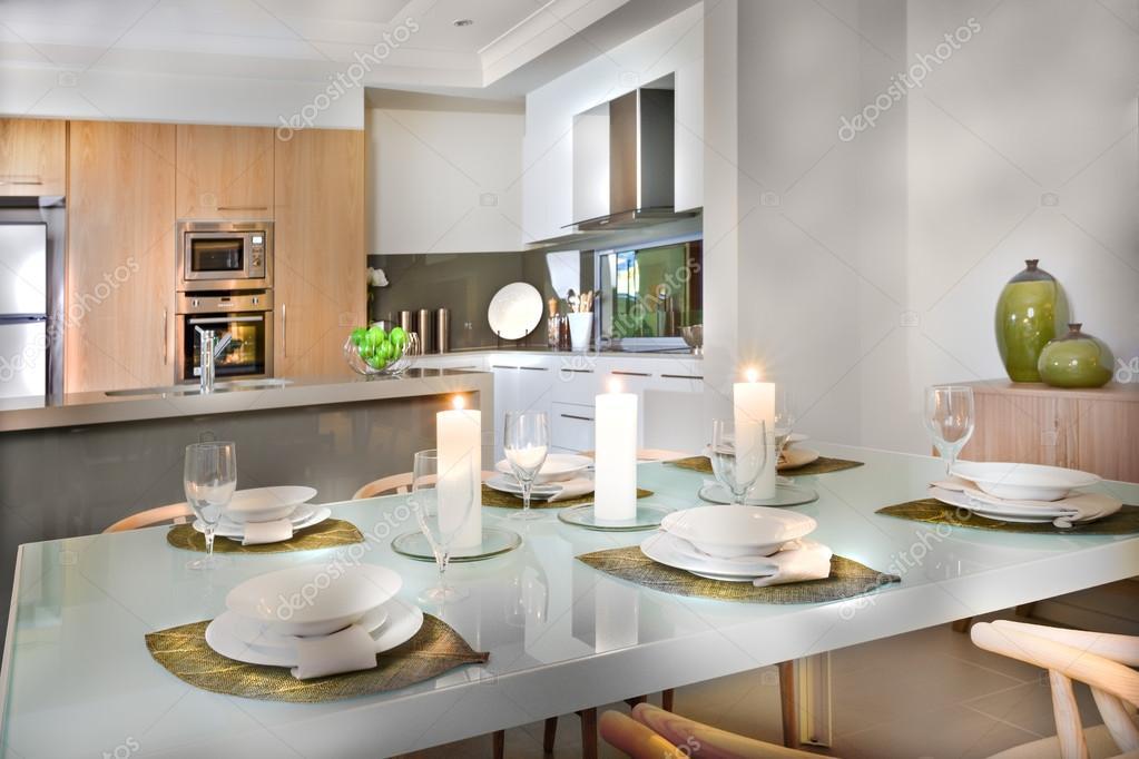 Luxuriös eingerichtet, in der Nähe der Küche Esstisch — Stockfoto ...