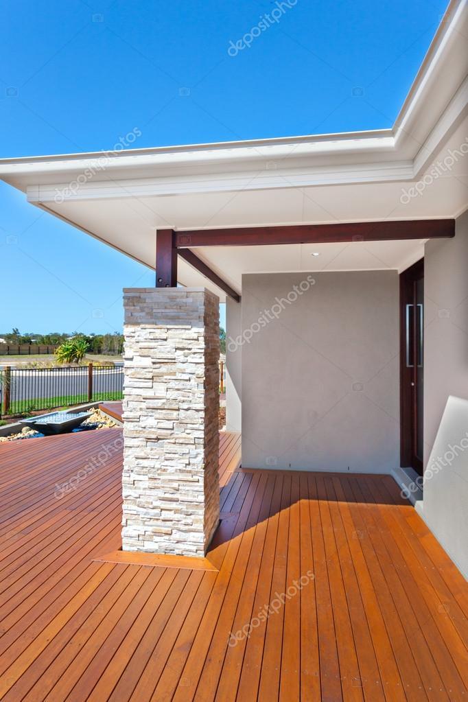 Entrata della casa moderna dal lato con pavimento in legno for Prezzo della casa moderna