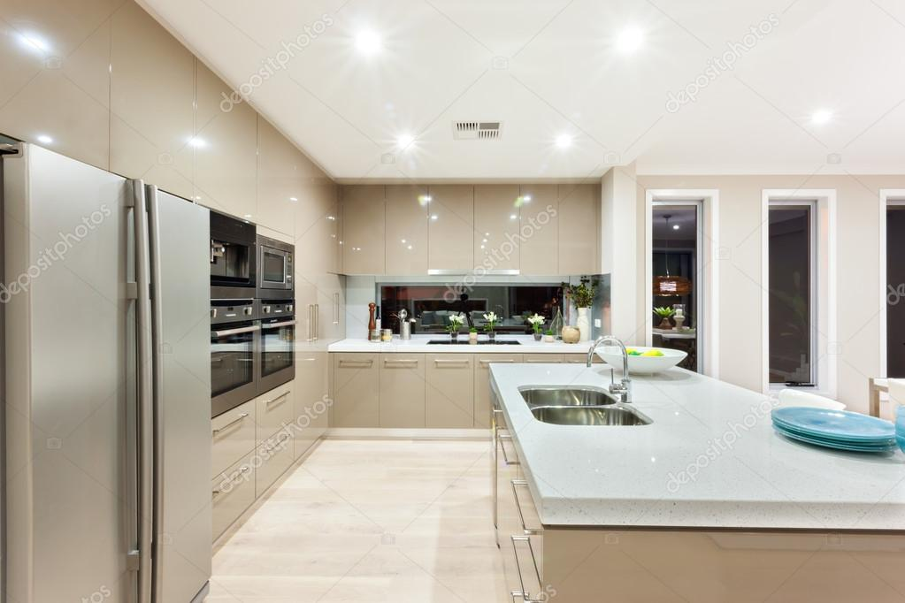 intrieur de la cuisine de luxe comprend un four frigo et le mur avec armoires autour de la. Black Bedroom Furniture Sets. Home Design Ideas