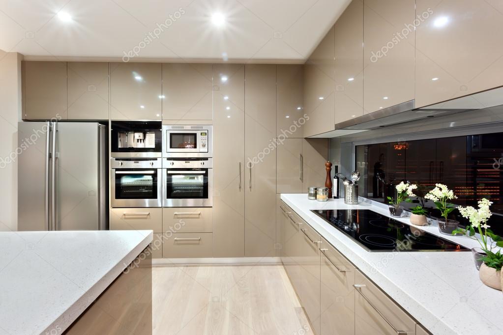 Intérieur de la cuisine moderne dans une maison de luxe ...