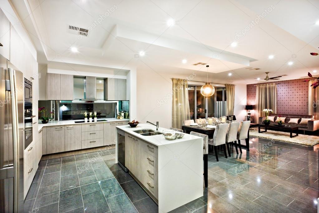 Lucida e moderna cucina con zona pranzo e soggiorno — Foto Stock ...