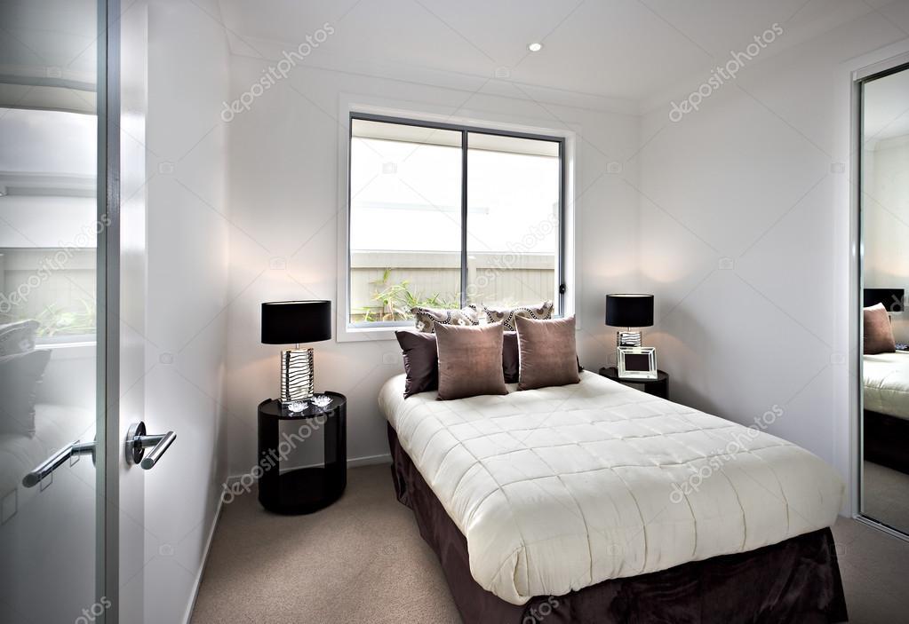 Camera da letto classica e moderna con vetrate e lampade