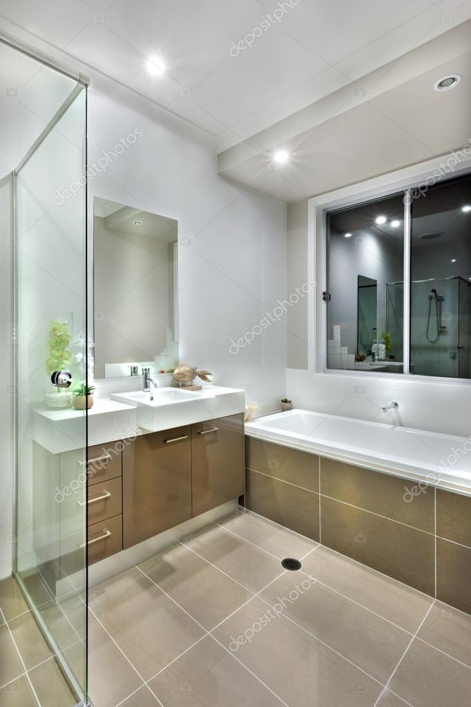 Moderno cuarto de baño con baldosas de color oscuro con luces ...