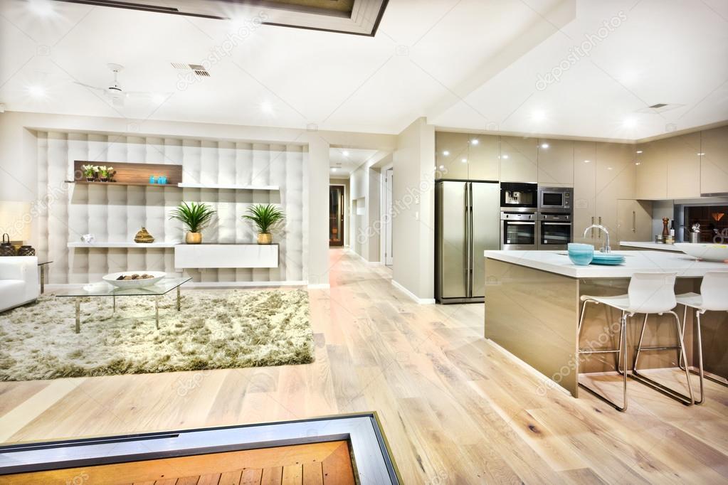 A Exibição Da Imagem Descreve Como A Cozinha E A Sala Parece Em Um Luxo  Casa E Ambos Podem Ver No Mesmo Lugar. Há Um Tapete De Lã No Chão Com Mesas  ...