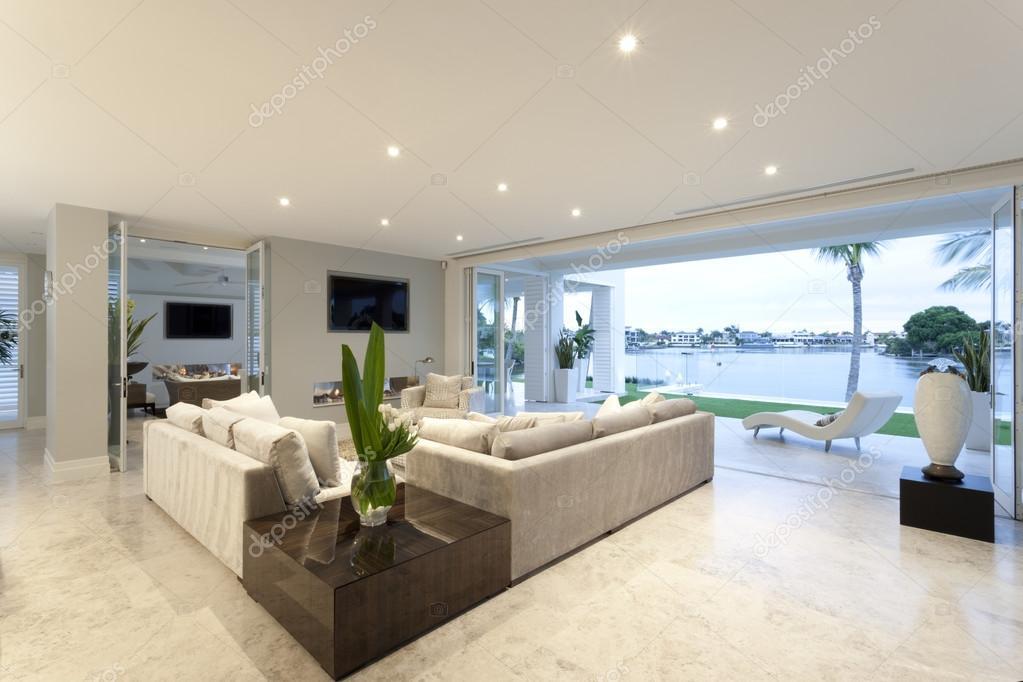 Schönes Wohnzimmer offen für einen Hof — Stockfoto © jrstock1 #78477346