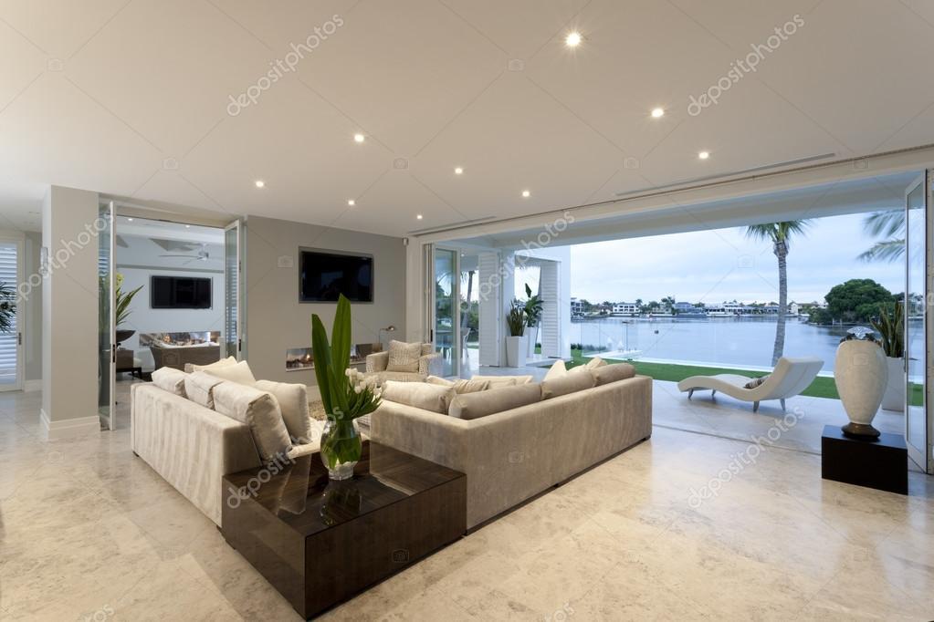 Schönes Wohnzimmer offen für einen Hof — Stockfoto ...