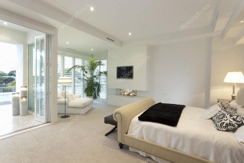 Warme slaapkamer met een terras — Stockfoto © jrstock1 #79270518