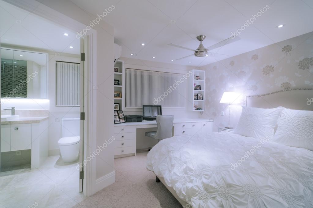 luxe witte slaapkamer — Stockfoto © jrstock1 #81593606