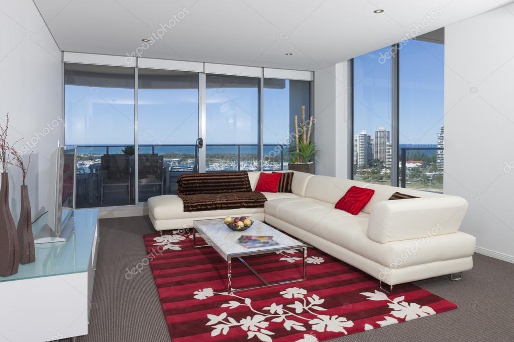 AuBergewohnlich Bild Von Einem Weißen Sofa In Ein Geräumiges Wohnzimmer Mit Großen Fenstern  Mit Blick Auf Die Stadt U2014 Foto Von Jrstock1