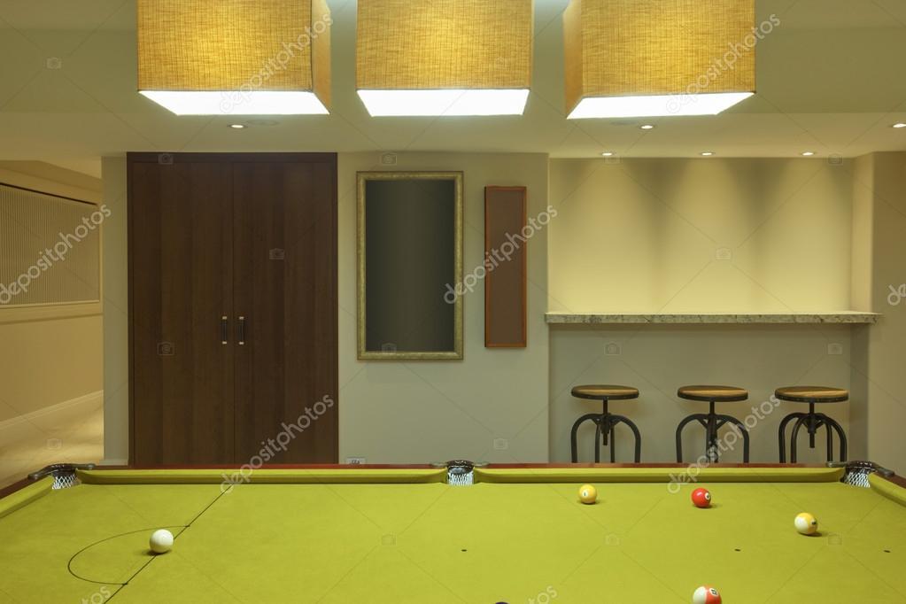 abat jour clairant sur la table de billard espace dart prt placer lart ou pour un mur clair salle de jeux image de jrstock1