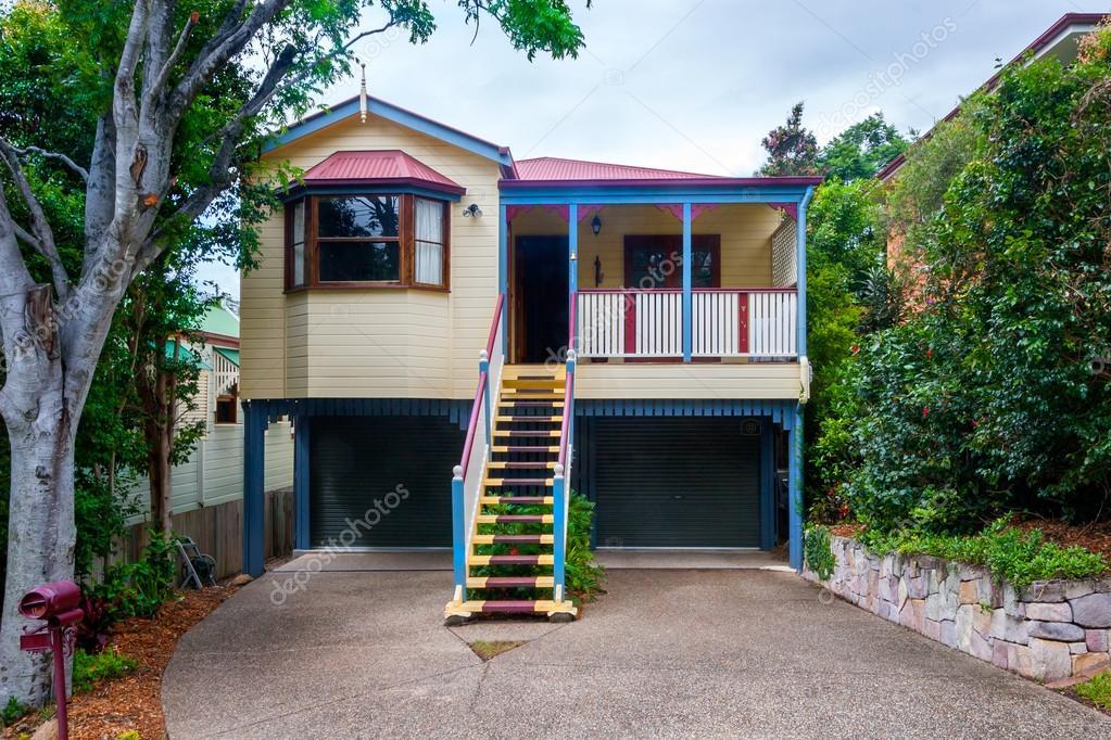 Piccola casa a due piani foto stock jrstock1 92982864 for Casa a due piani