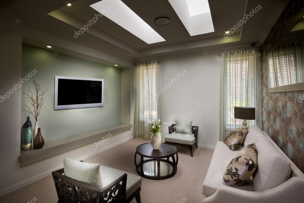 Een mooie fatsoenlijke humeurig woonkamer met een tv u stockfoto