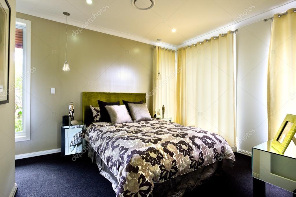 Mooie Slaapkamer Gordijnen : Een mooie foto van slaapkamer met gordijnen op de muur u2014 stockfoto