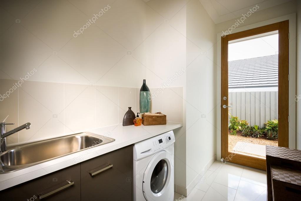 Lavadora Con Lavabo.Hermoso Lavadero Con Lavadora Y Lavabo Fotos De Stock
