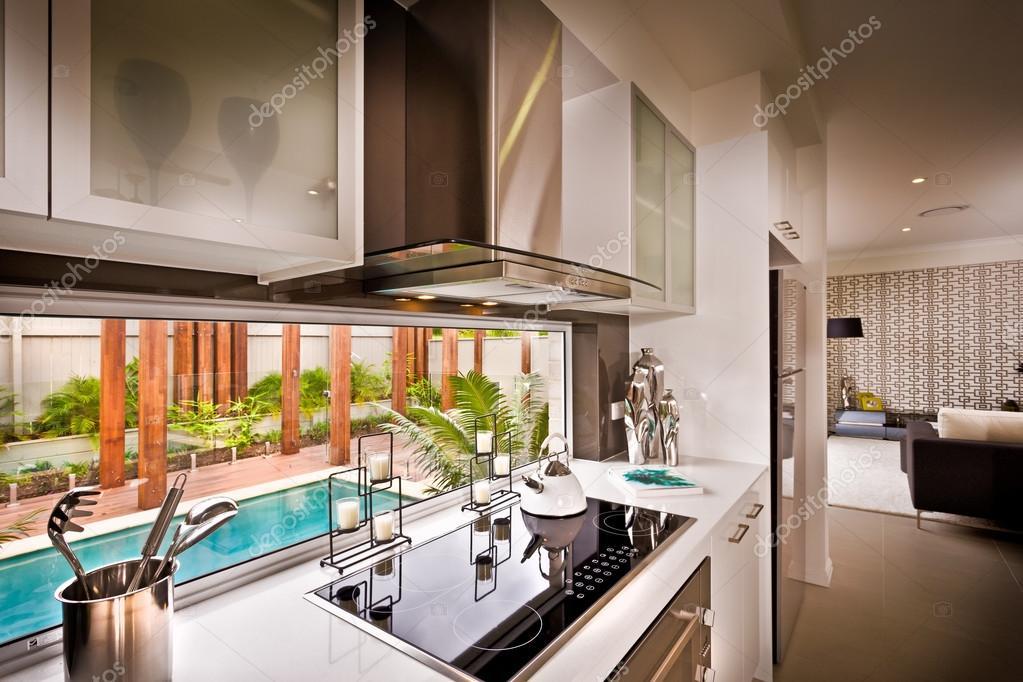 Un\'elegante bella cucina con salotto collegato — Foto Stock ...