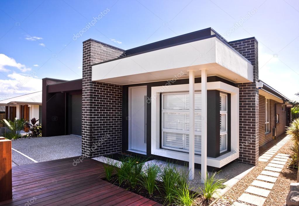 Een mooi buiten beeld van huis met houten vloer en tuin