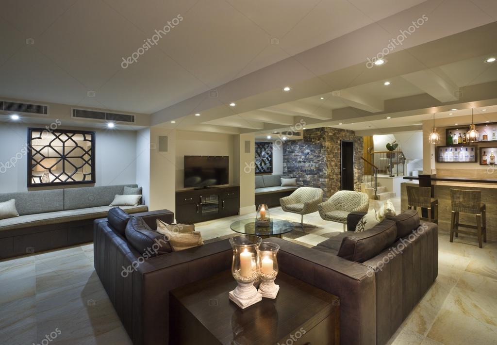 Modernes Wohnzimmer mit Bar — Stockfoto © jrstock1 #95084998