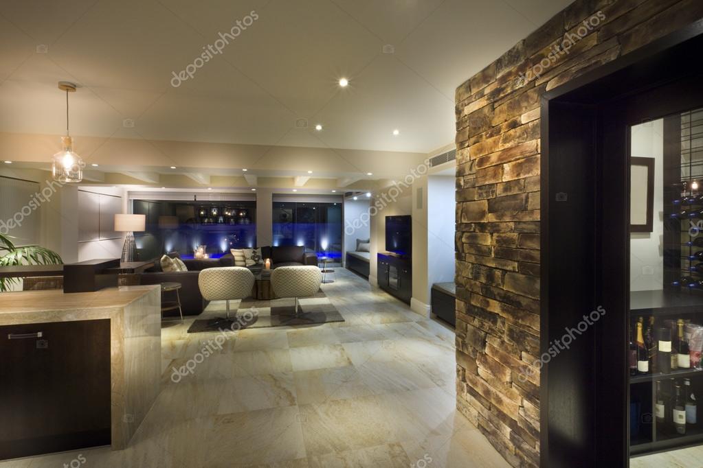 Grosses Wohnzimmer mit einem Weinkeller — Stockfoto © jrstock1 #95085252
