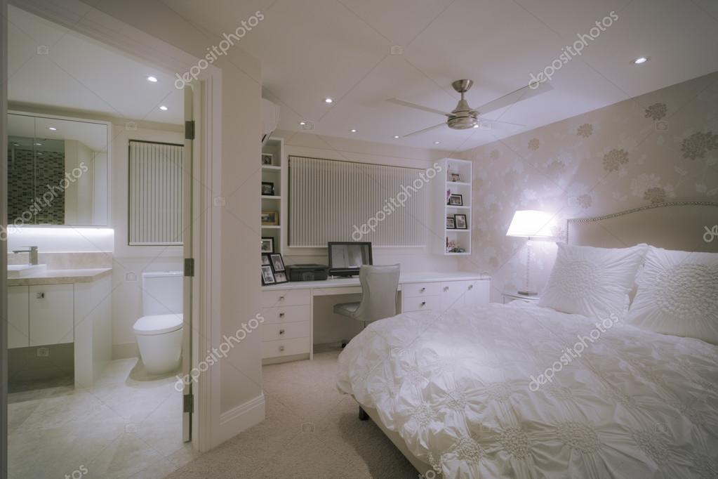 lussuosa camera da letto bianco — Foto Stock © jrstock1 #95085290