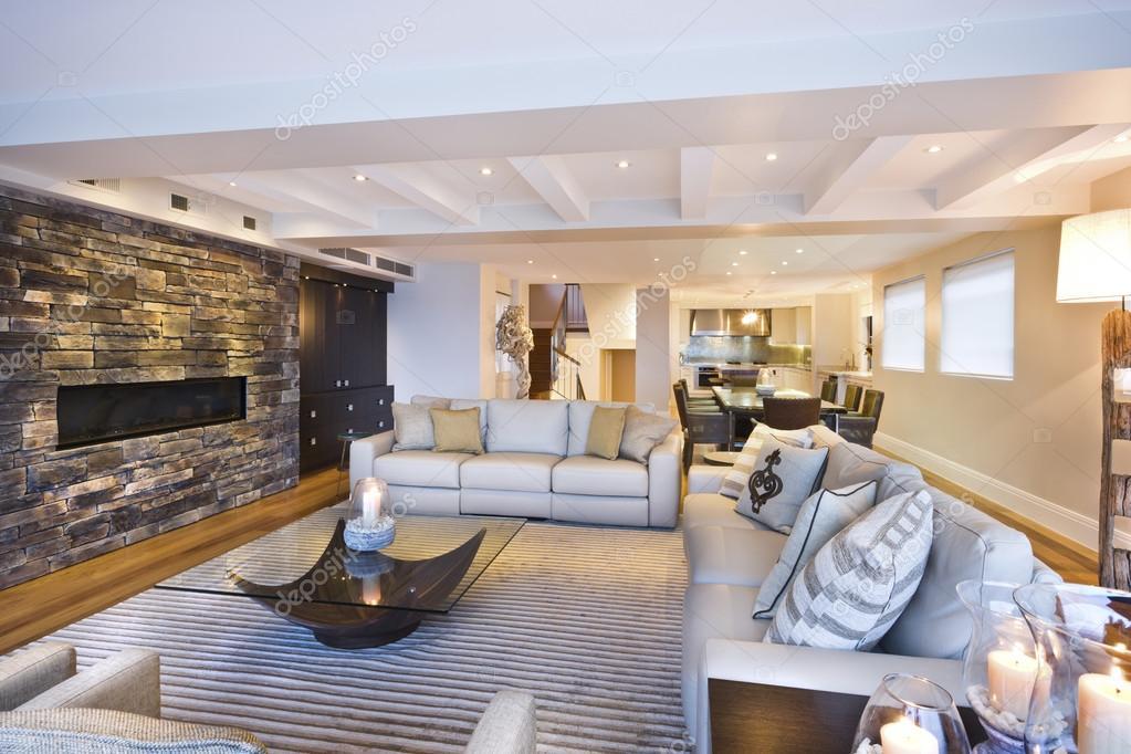 Accogliente soggiorno con una parete di pietra — Foto Stock ...