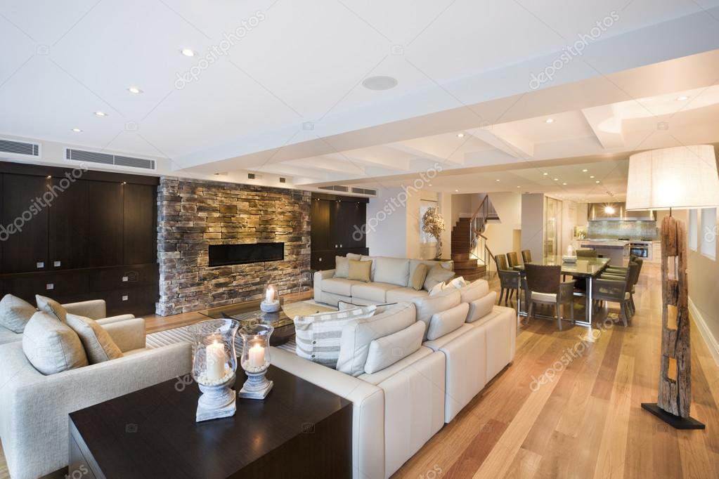 Mooie woonkamer met houten vloer — Stockfoto © jrstock1 #95630604
