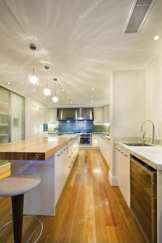 Lange Kücheninsel — Stockfoto © jrstock1 #95630792