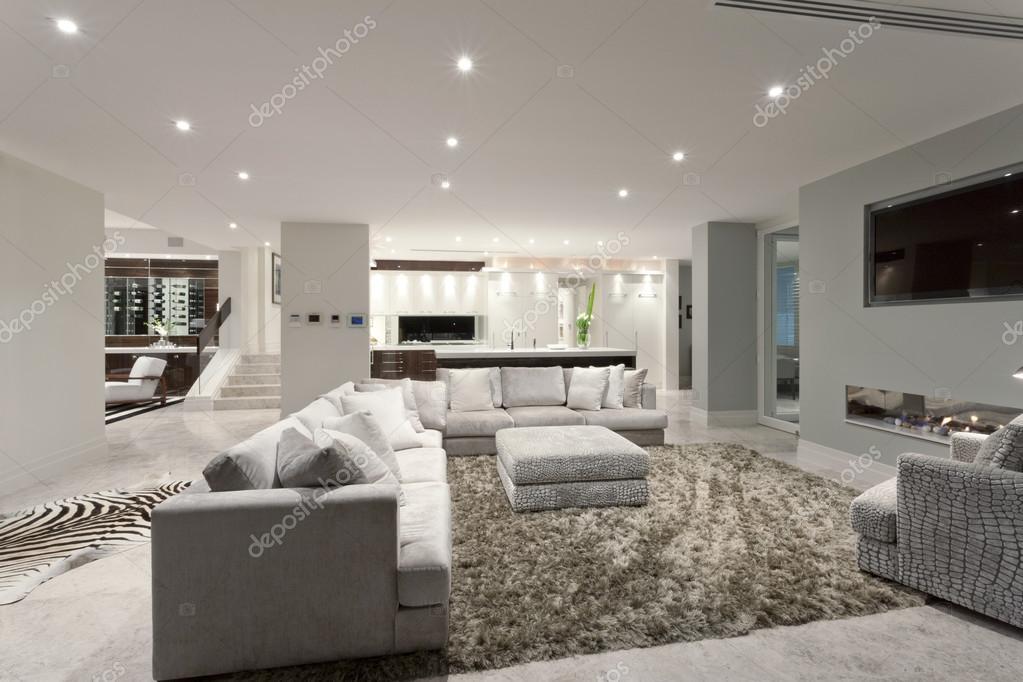 Ampio soggiorno con un grande tappeto u foto stock jrstock