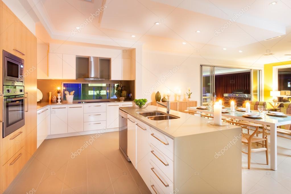 Der Innenraum Wurde Mit Gelbem Licht Breitet Sich Ganz über Der Küche Und  Essbereich, Die Blinkenden Kerzen Auf Der Theke Von Der Küche Und Oben In  Der ...