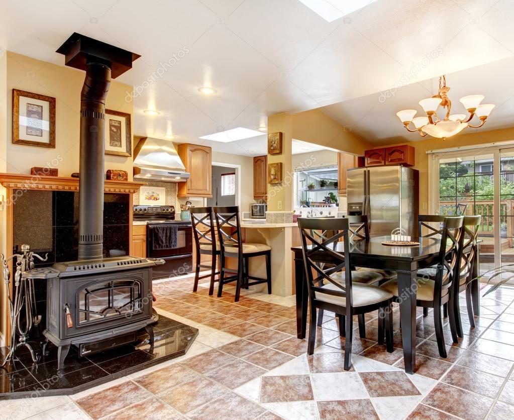 Hervorragende Küche und Wohn / Esszimmer mit schwarz Stühle ...