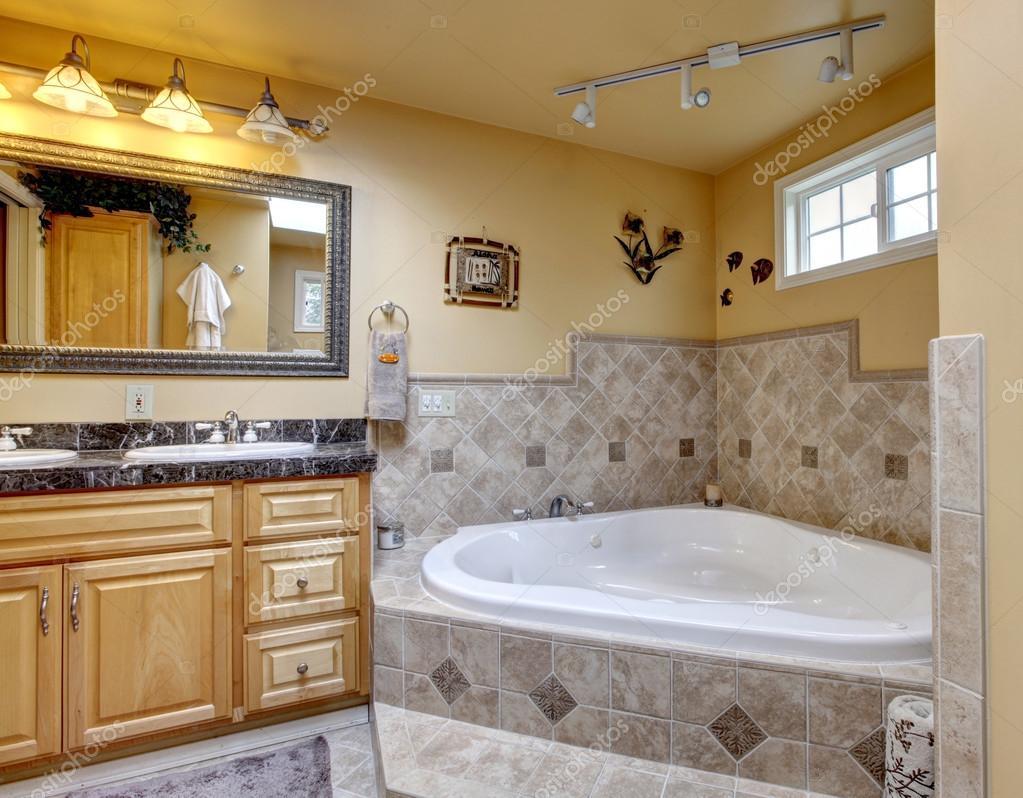 Bagno di lusso con vasca idromassaggio stile — Foto Stock ...