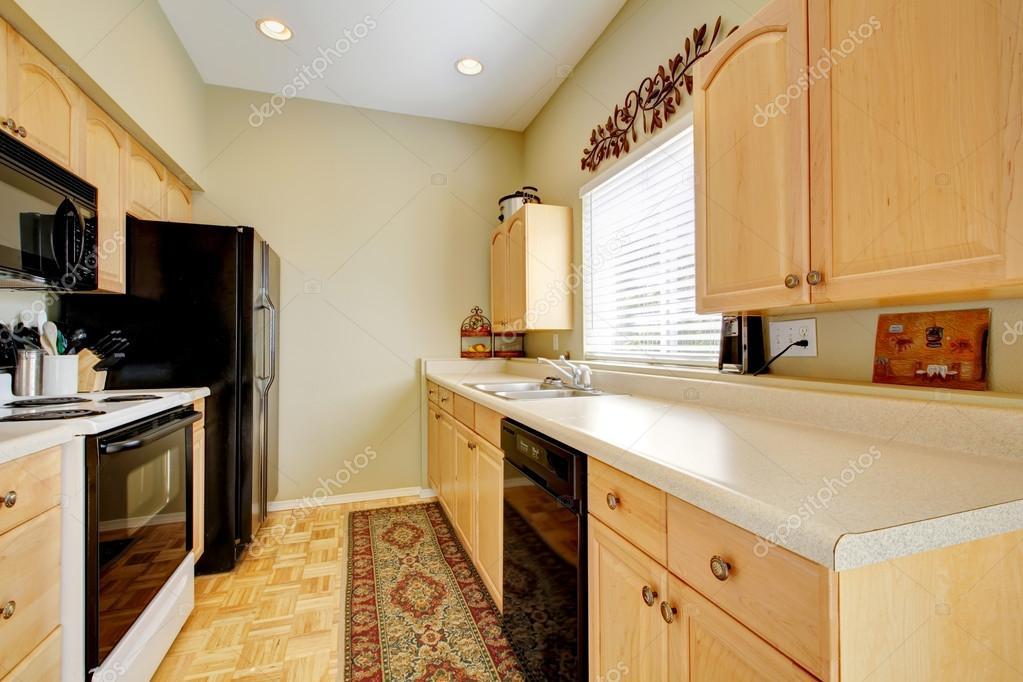 Keuken met witte items en decoratieve tapijt u stockfoto
