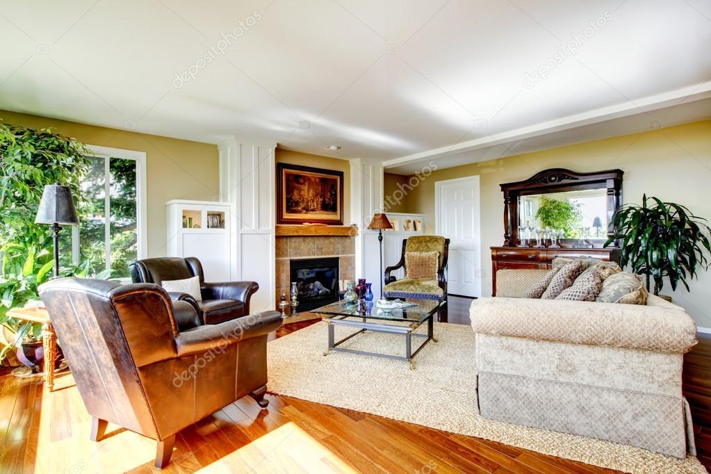 American salon classique avec plancher de bois orange, grand ...