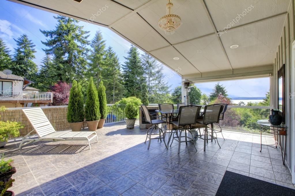 Grande terrasse couverte avec plancher de tuiles de Pierre, ensemble ...
