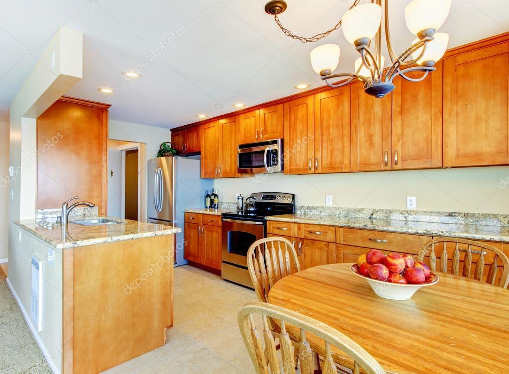 Interior de cocina con azulejo de piso mostradores de - Mostradores de cocina ...