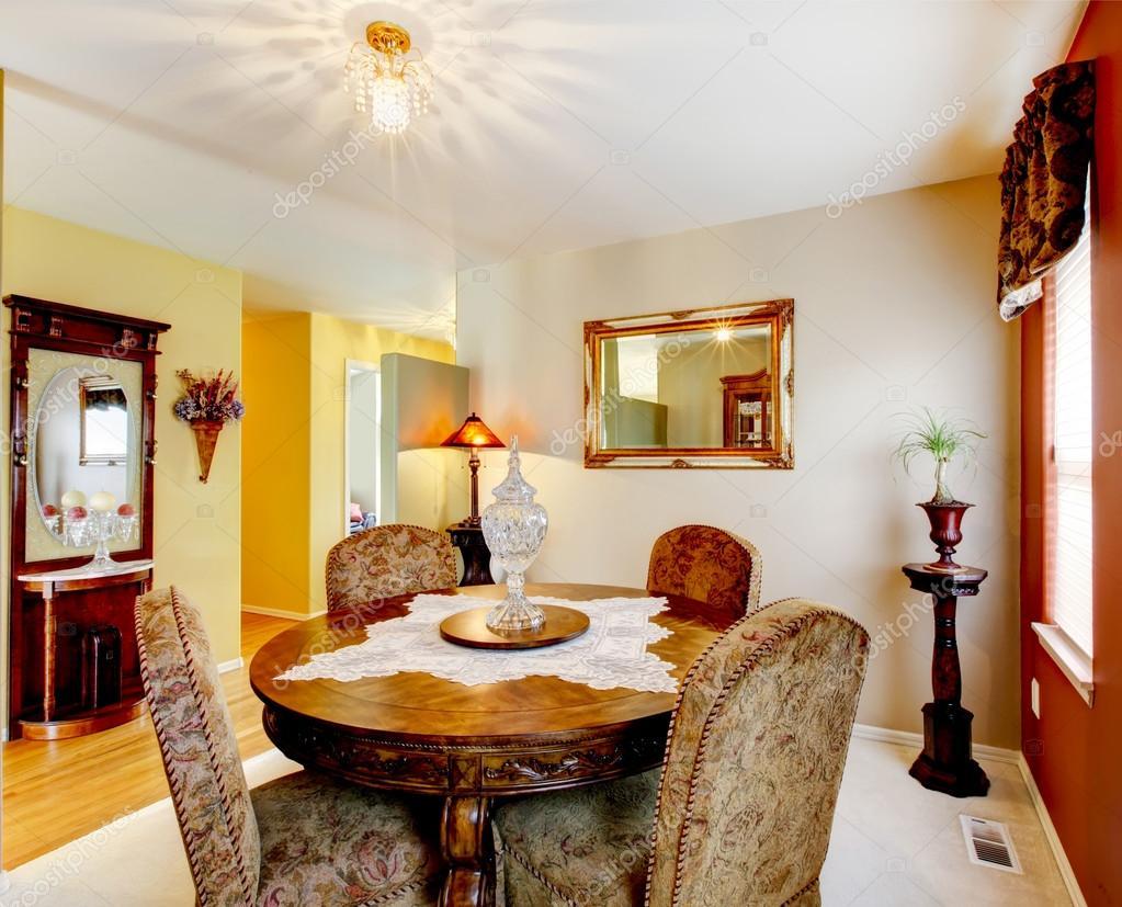 Eetkamer met rood accent muur tapijt en gedetailleerde houten t