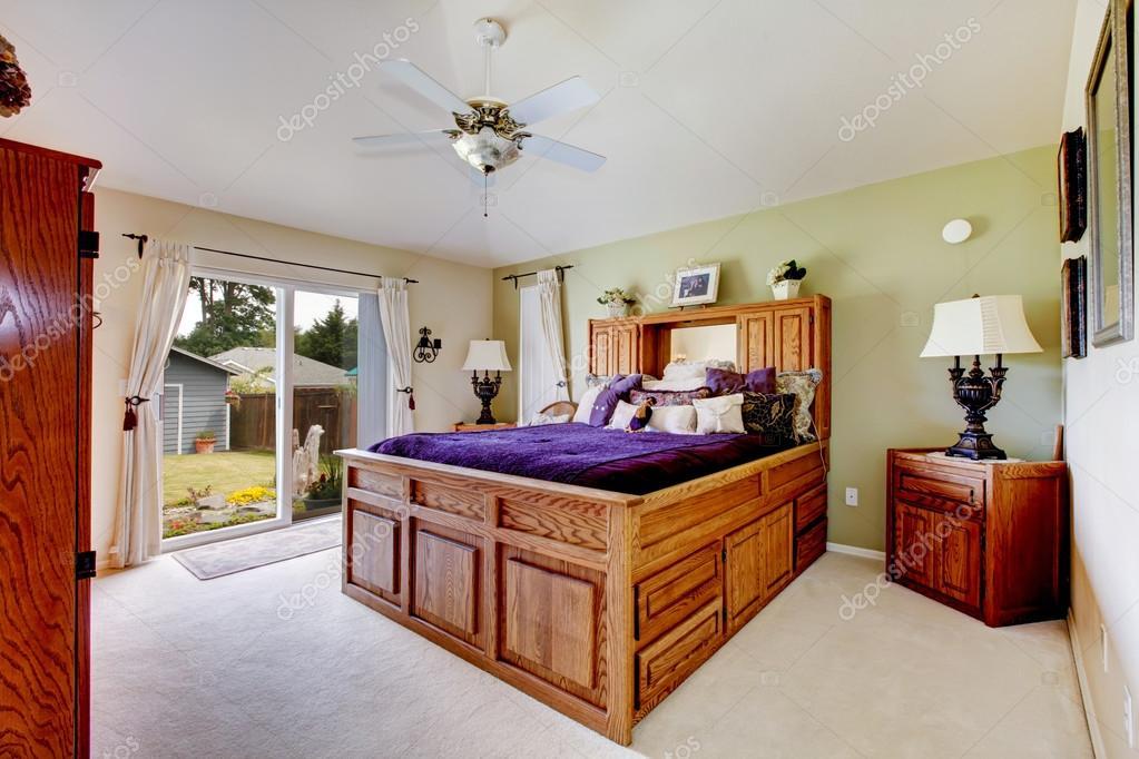 https://st2.depositphotos.com/1041088/10091/i/950/depositphotos_100918988-stockafbeelding-grote-slaapkamer-met-grijs-tapijt.jpg