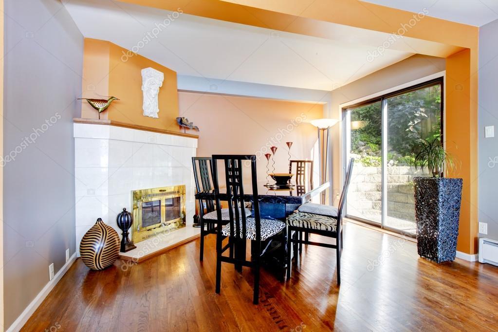 petite salle manger avec murs en orange et plancher bois franc image de iriana88w