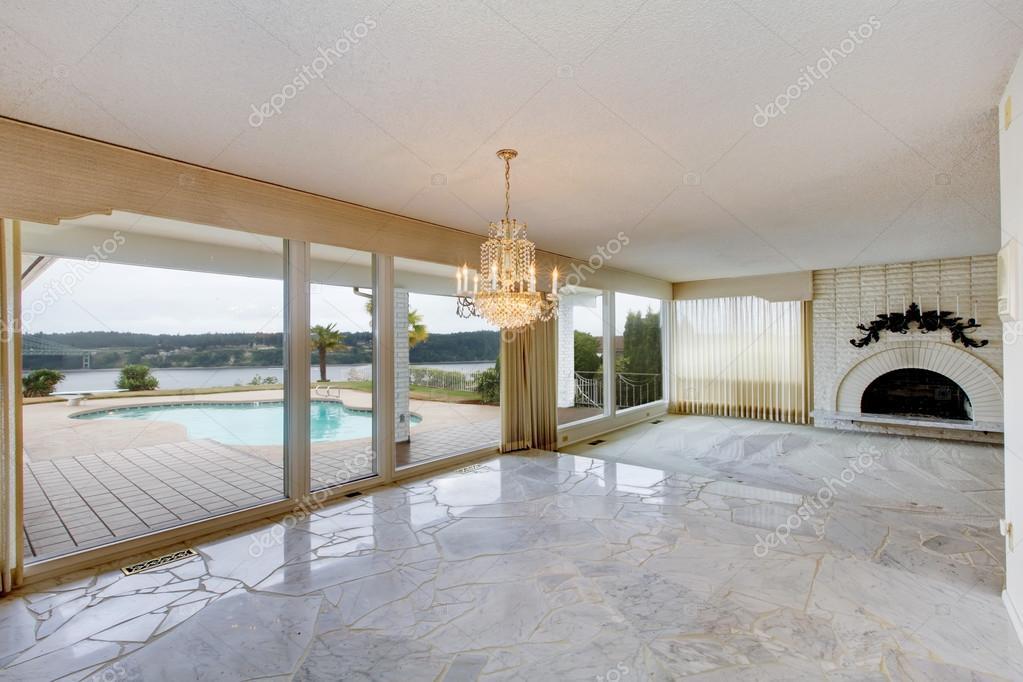 Große, luxuriöse leeren Wohnzimmer mit weißen Marmorboden, große wi ...