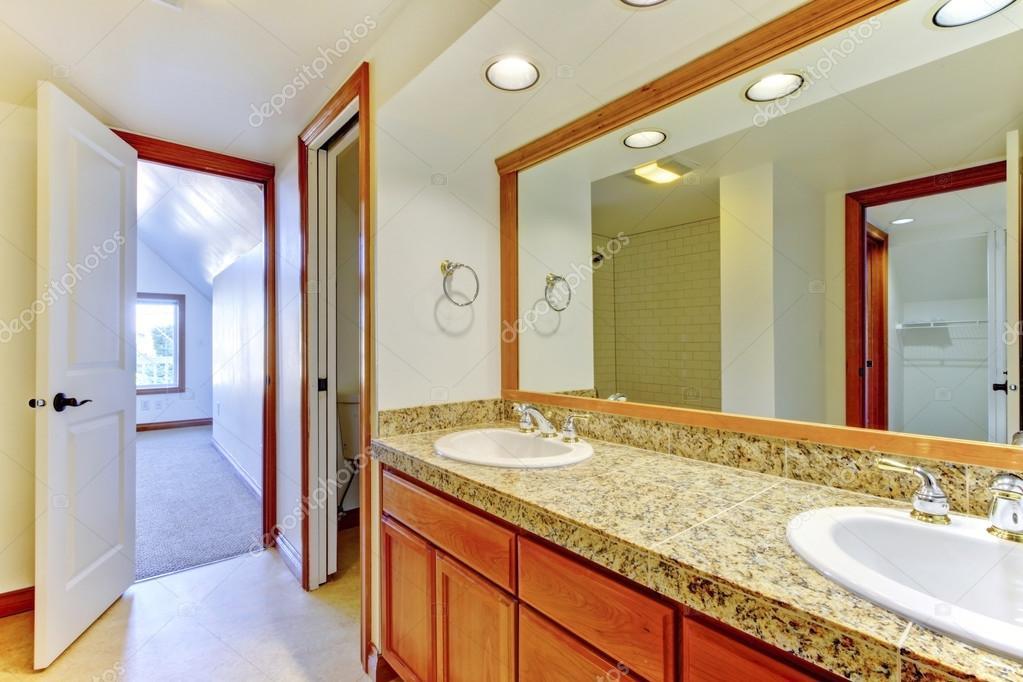 Een Gezellige Badkamer : Gezellige badkamer met witte muren en grote spiegel u stockfoto