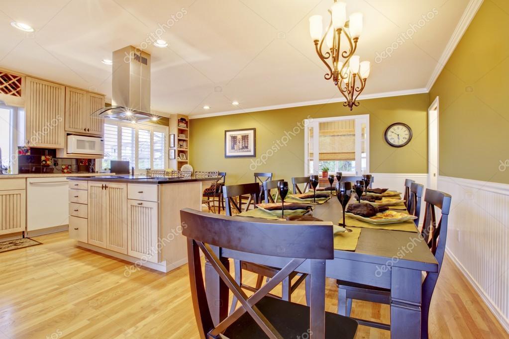 Pareti Della Cucina Verdi : Stanza della cucina con le pareti verdi e tavolo da pranzo u foto