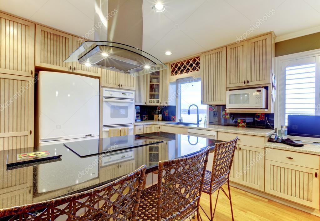 Lumineuse Confortable Cuisine Avec Armoires Beiges Et Plafond Blanc