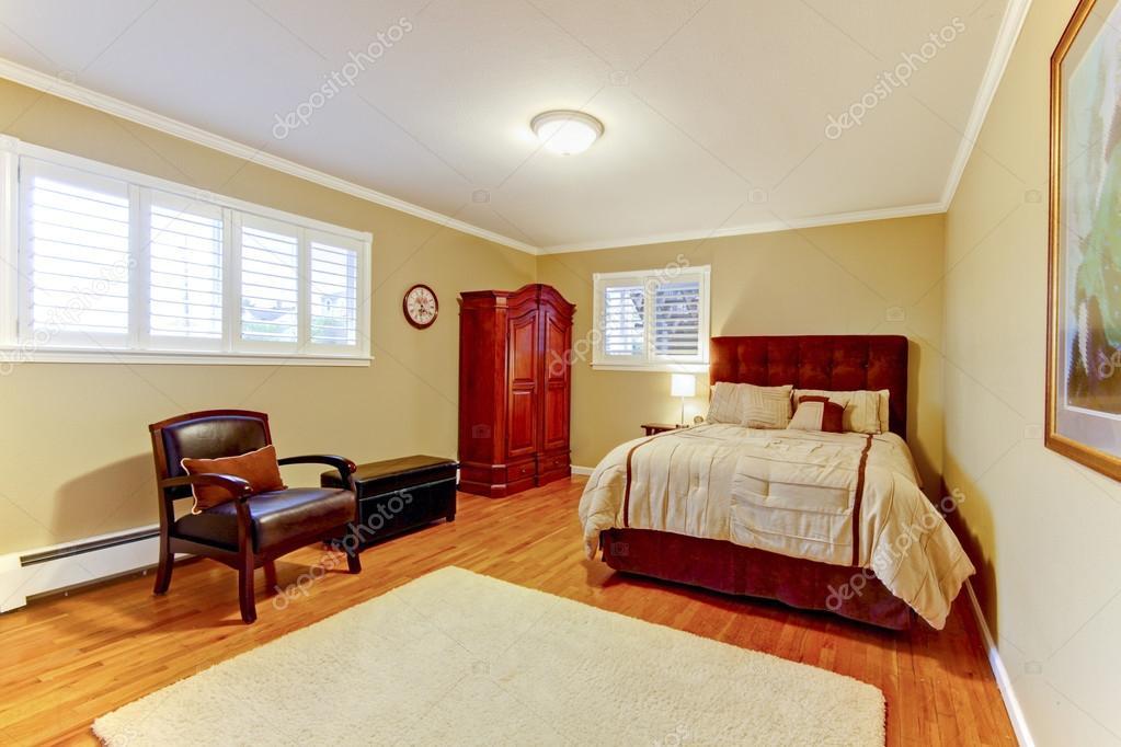 Acogedora habitación grande con cama de gamuza marrón y armadura ...